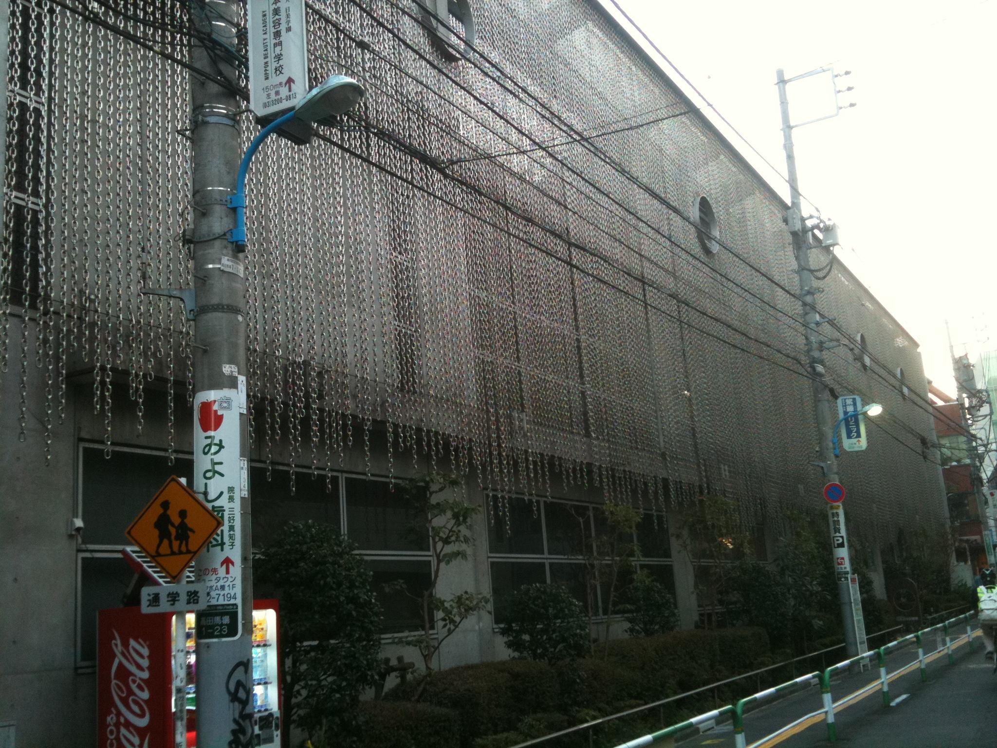 Edificio con cadenas