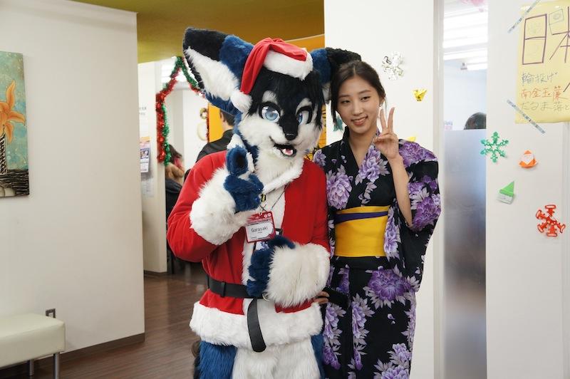 Foto de una chica en kimono con el lobo