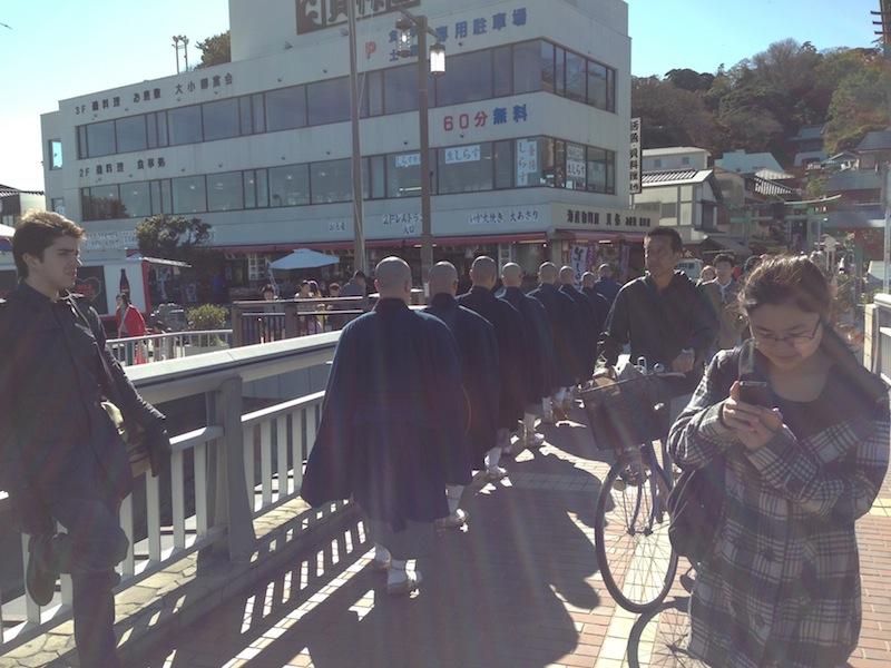 Monjes en Enoshima