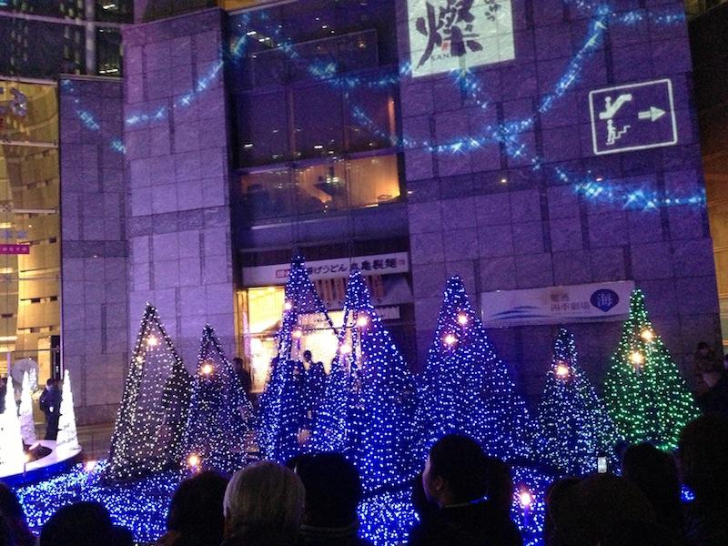 Árboles de luces azules de Navidad en Shiodome Caretta