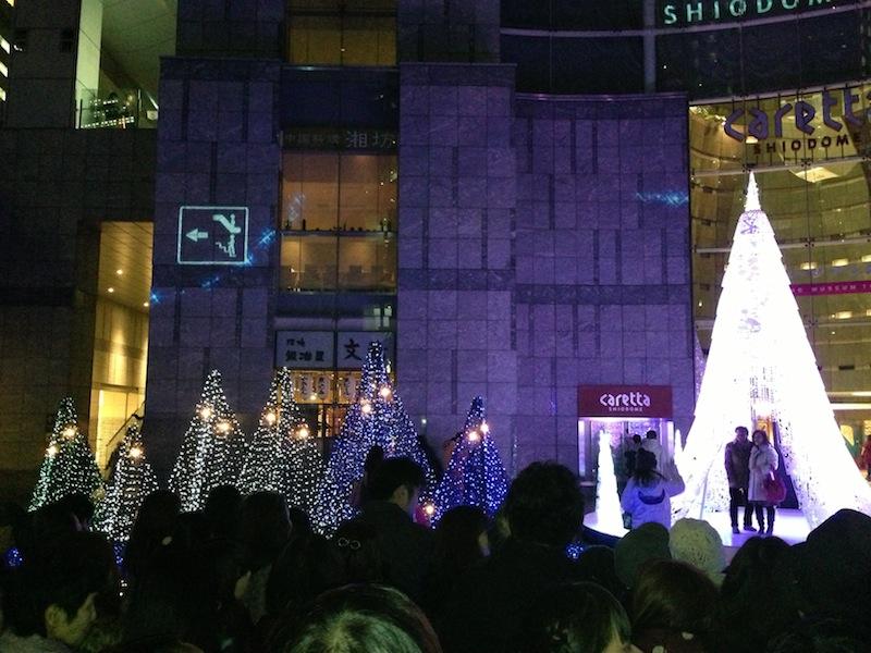 Arbol central de luz blanca de Navidad en Shiodome Caretta
