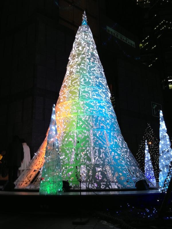 Árbol blanco con luces de Navidad en Shiodome Caretta