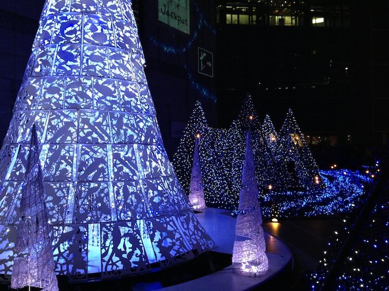 Árboles con luces de Navidad en Shiodome Caretta