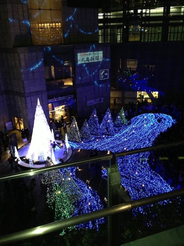 Vista panorámica de las luces de Navidad en Shiodome Caretta