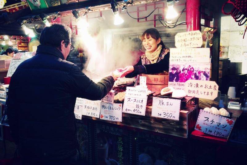 Dependienta atendiendo a un cliente en el barrio chino de Yokohama