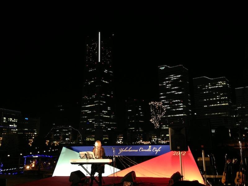 Chica tocando el piano frente a la torre Landmark