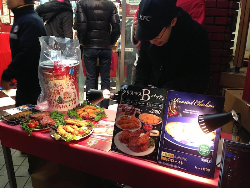 Mesa con packs de Nochebuena del KFC