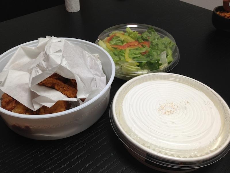 Unboxing del Cubo de Nochebuena del KFC - pollo, ensalada, tarta