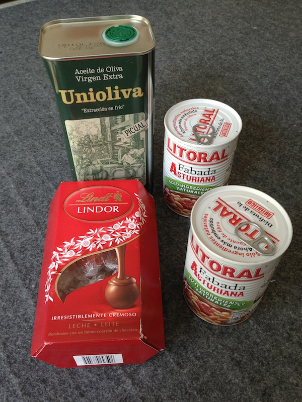 Dulces, latas de fabada y aceite