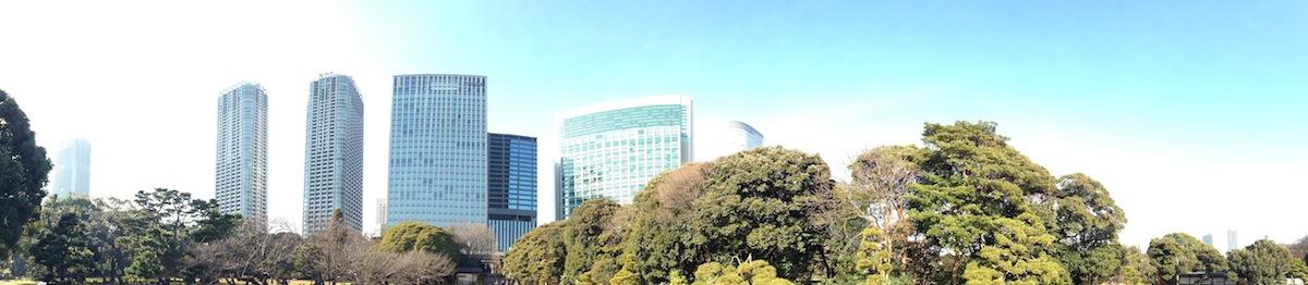Panorámica de la vista a la entrada de los jardines de Hamarikyu