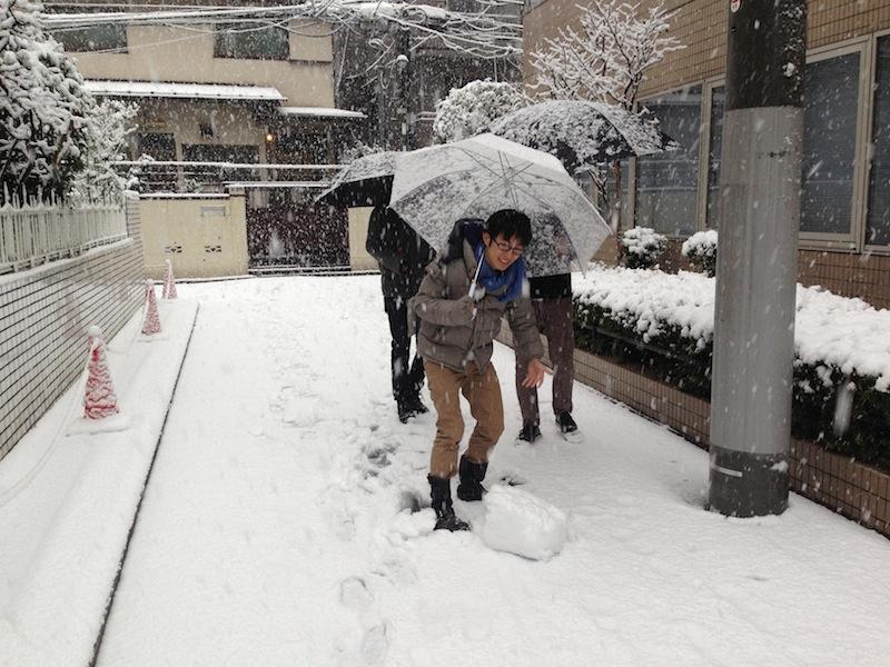 Chicos preparando bolas para el muñeco de nieve