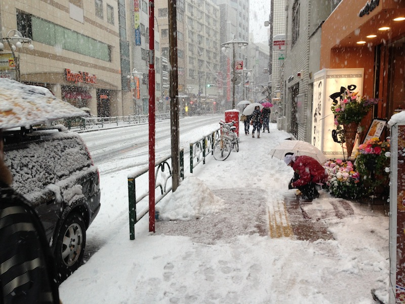 Empleado quitando nieve