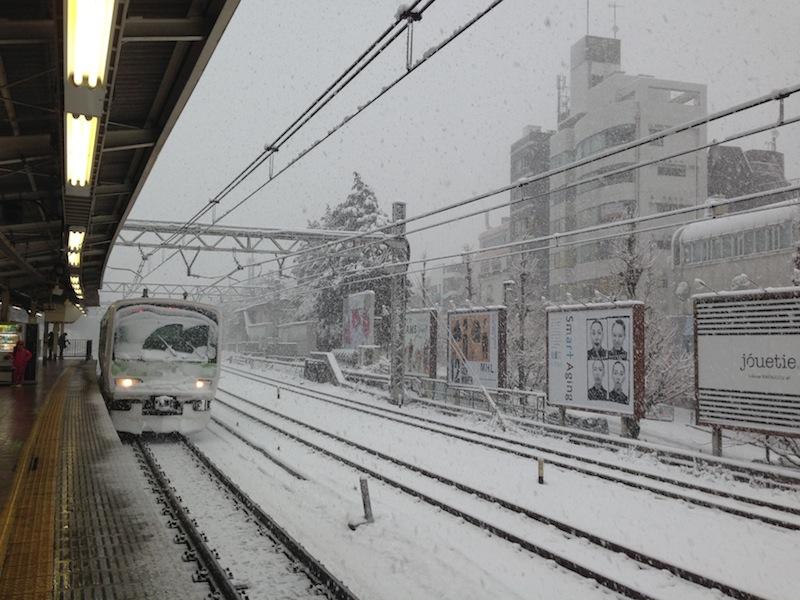 Tren JR con nieve