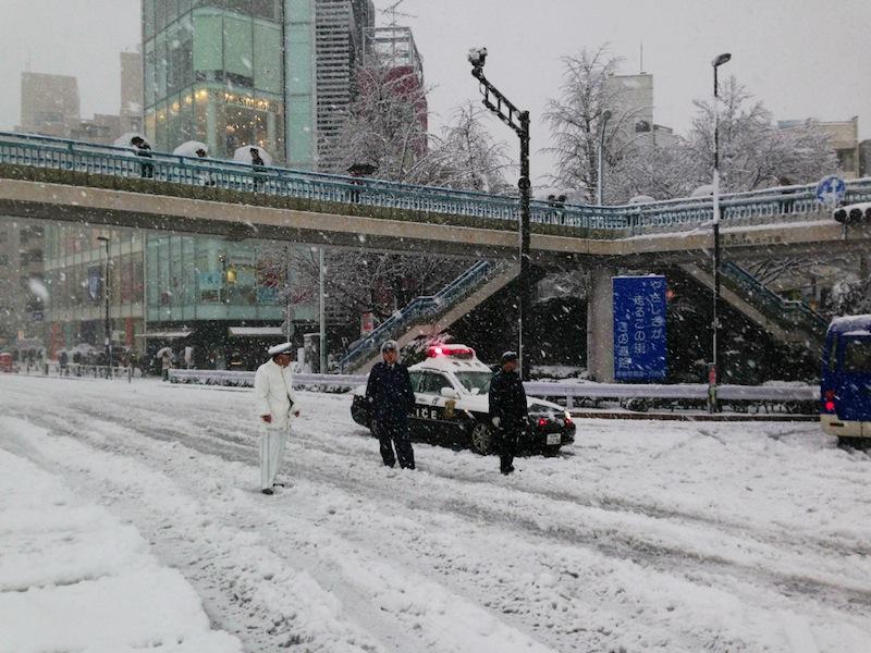 Policía organizando el tráfico con nieve