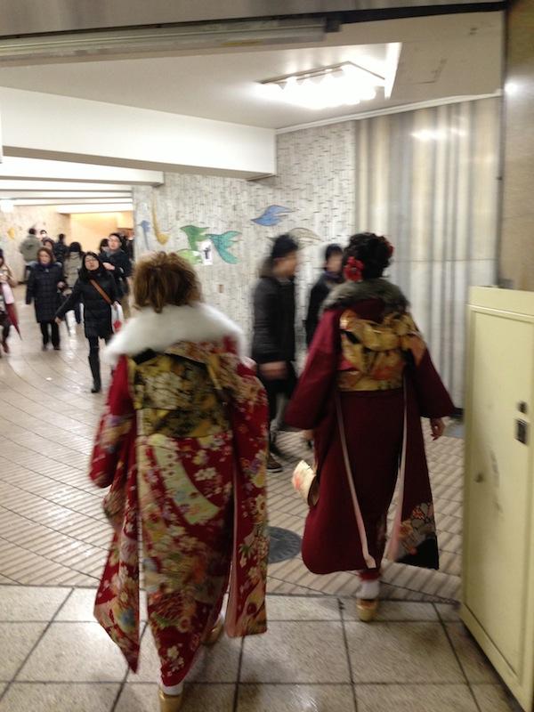 Chicas vestida para la fiesta de la mayoría de edad