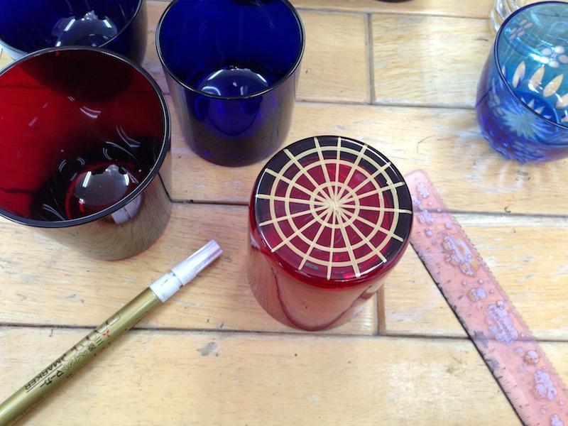Marcando los vasos del Edo Kiriko