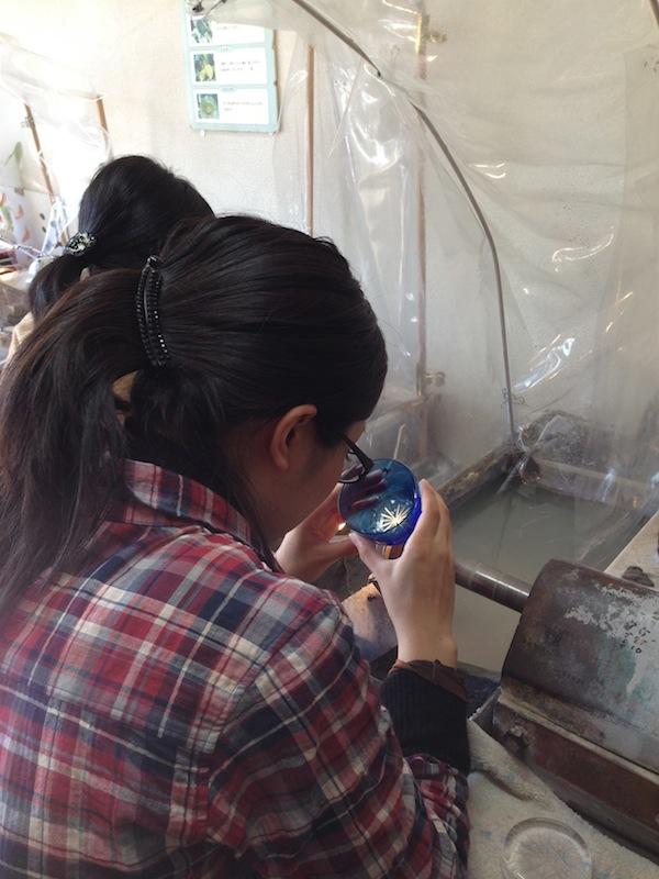 Grabando los vasos del Edo Kiriko