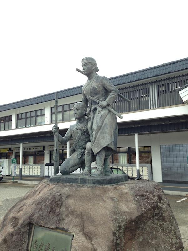 Estatua de samurais en Aizu