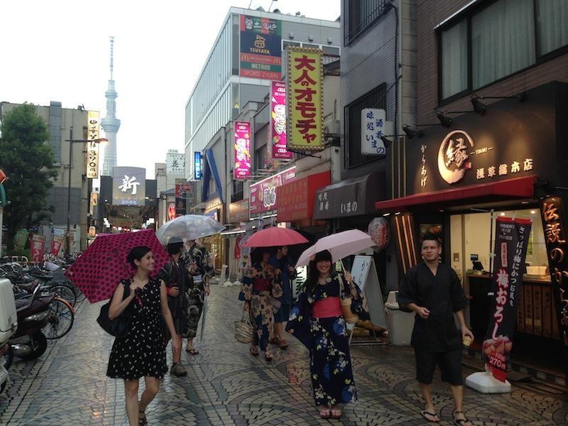 Grupo en yukata y yinbei andando por la calle