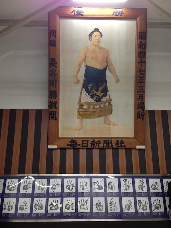 Palmas de manos y foto de un luchador de sumo