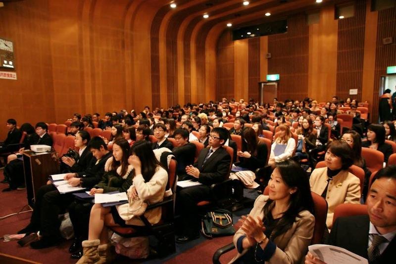 Estudiantes en la ceremonia de graduación en ISI