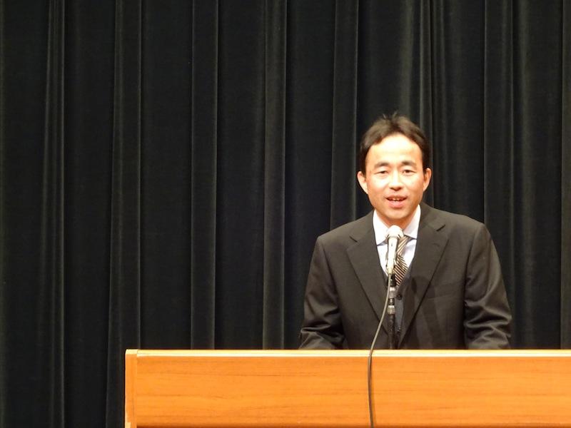 Profesor dando un discurso durante la ceremonia de graduación en ISI
