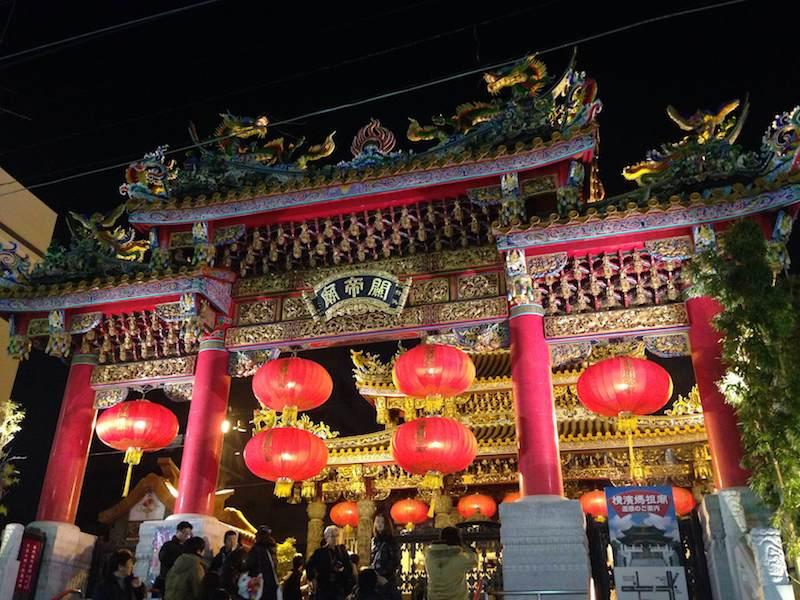 Templo visto de noche en Yokohama